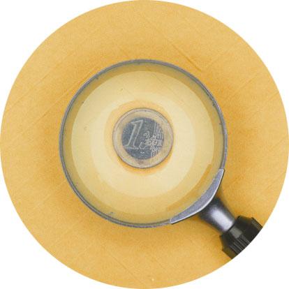 Eine Lupe unter der eine 1 € Münze liegt. der Hintergrund ist gelb.