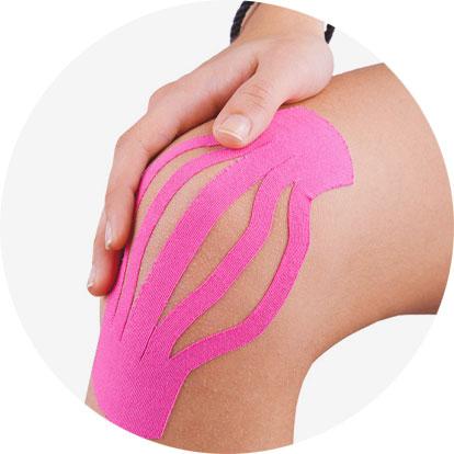 Ein Knie ist mit Kinesiotape bandagiert.