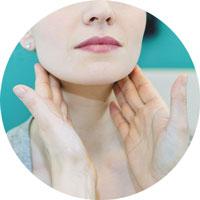 Eine Dame wird untersucht mit zwei Händen an den Lymphdrainagen