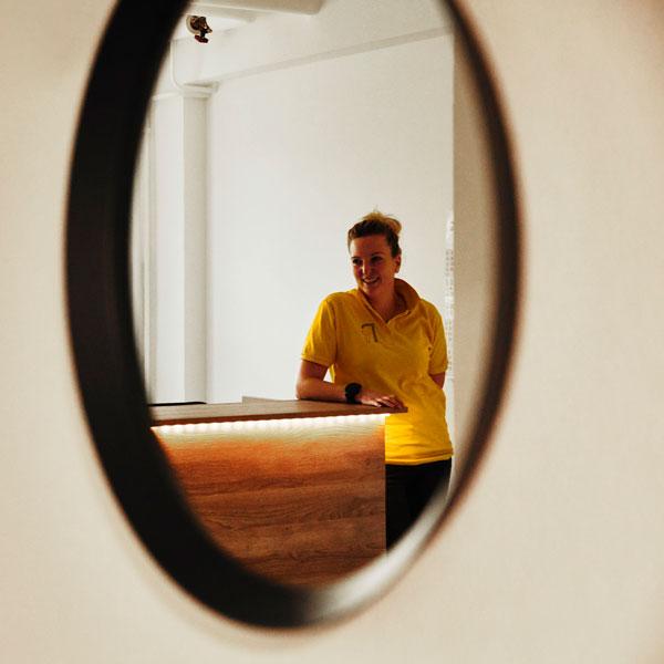 Spiegelbild von Hannah Sandrock im Eingangsbereich