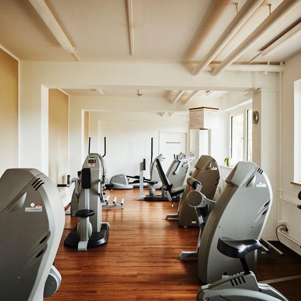 Trainingsraum mit Fitnessgeräten